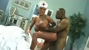 एक परिपक्व नर्स के लिए बड़ा काला मुर्गा