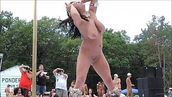 नग्न बड़े स्तन स्ट्रिपर्स नृत्य में जनता